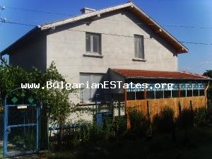 Well kept two-storey house for sale perfectly located near the sea and the mountain.