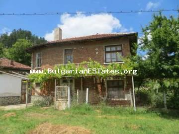 For sale is a house in the picturesque mountain village of Kosti, located in the village center.