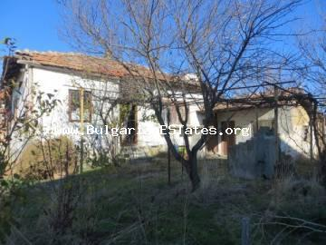 Inexpensive old house in the village of Laka is for sale, only 5 km from the sea and 12 km from the city of Burgas.