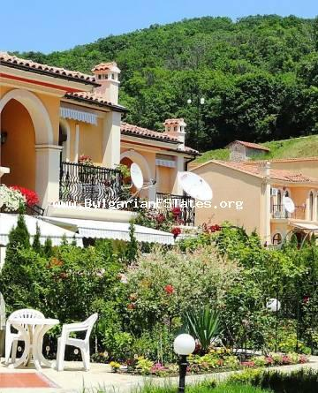 We offer for sale a house in an elite gated complex on the first line of the sea with a private beach and well-maintained area, swimming pools, aqua park and year-round security in Elenite resort.