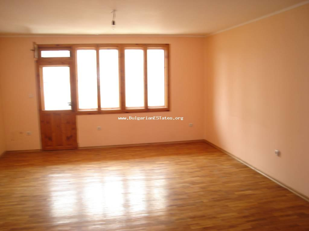 Affordable sale of a large apartment in the town of Pomorie, 200 meters from the beach.