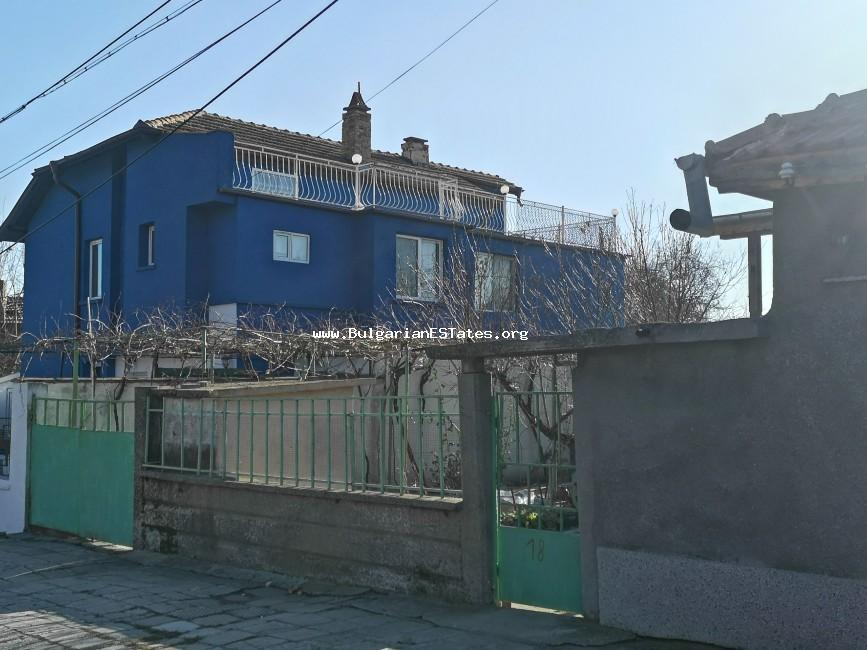 Two-storey guest house with bar and pool is offered for sale in the town of Kableshkovo, just 10 minutes from Bourgas and the sea.
