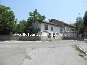 An old two-storey house is for sale in the village of Granitovo, only 11 km from the town of Elhovo and 15 km from the border point with Turkey.