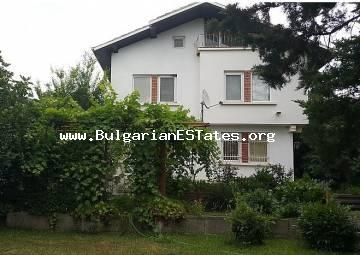 We offer for sale a three-storey house in the village of Kosharitsa, only a short drive away 4 km from the beach and Sunny Beach resort, in the high part of the village and not far from the forest.