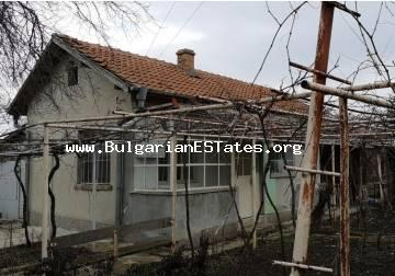 For sale is a small country house in the village of Ruso Castro, 25 km from the city of Bourgas and the sea.