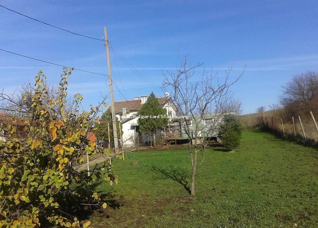 We offer for sale a small cottage with a yard on the outskirts of the village of Cherni Vrah, 10 km from Burgas.