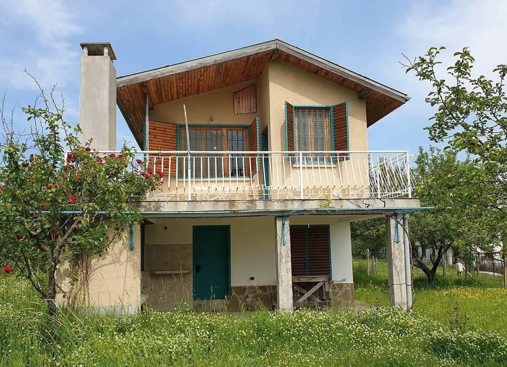 We offer to your attention a large cottage in the town of Ahtopol: 800 meters from the central part of the town, supplied with water and electricity.