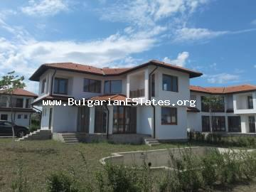 Three-bedroom house in a gated complex 3 km from the town of Aheloy, 25 km from the city of Burgas, 12 km from Sunny Beach.